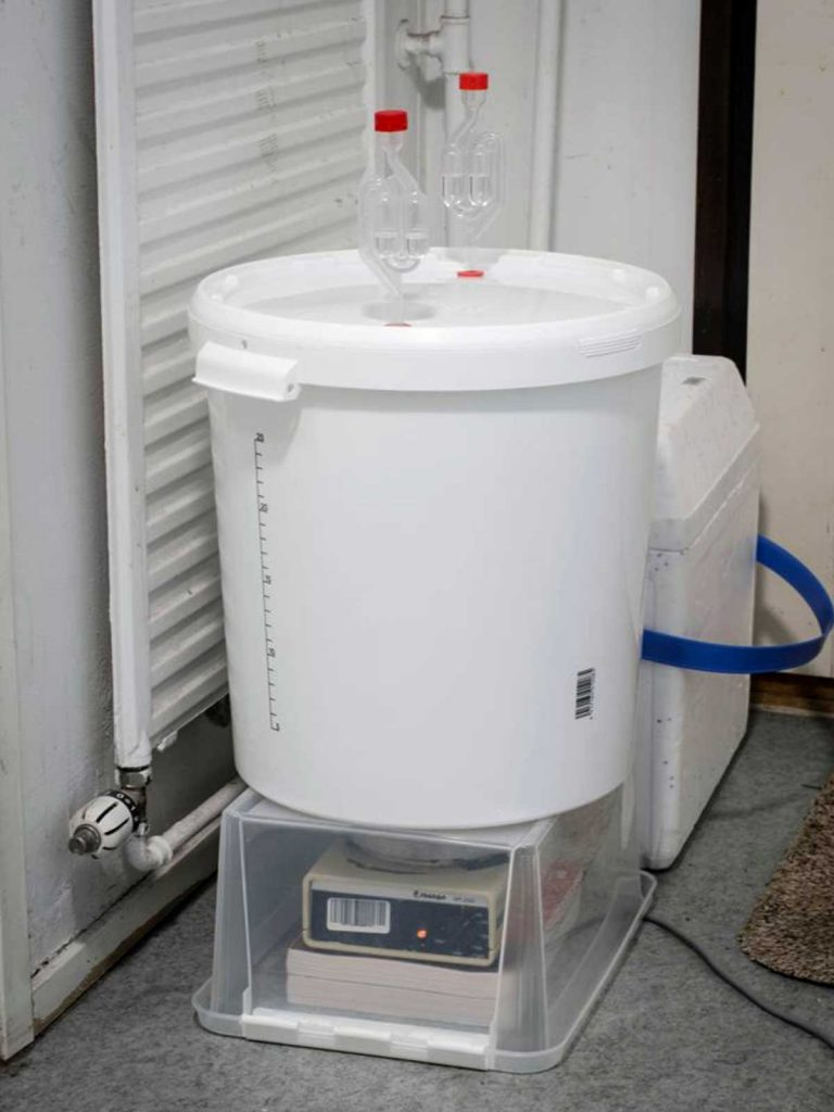 Fermentation barrel with 2 air-locks and magnetic stirring